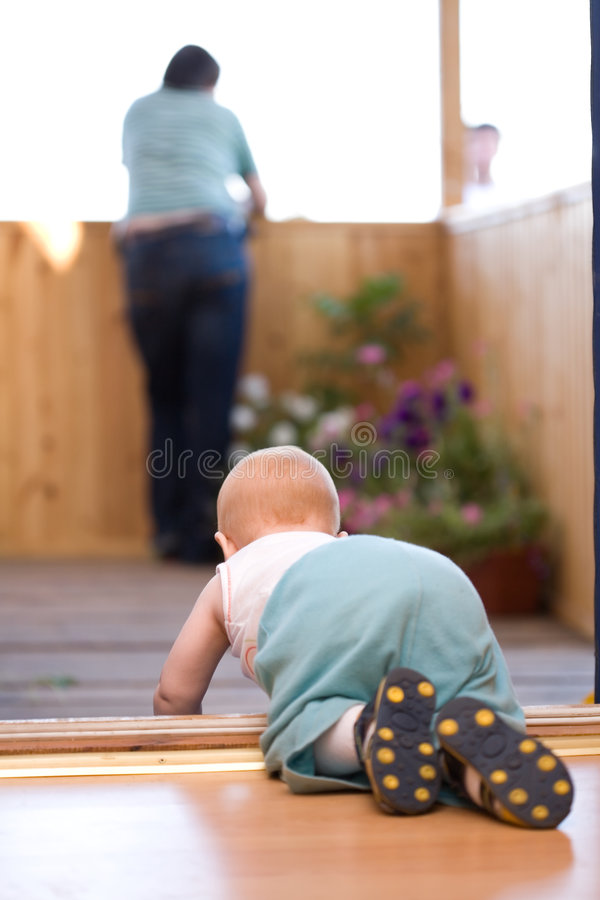 Petite chéri rampant à son père images stock