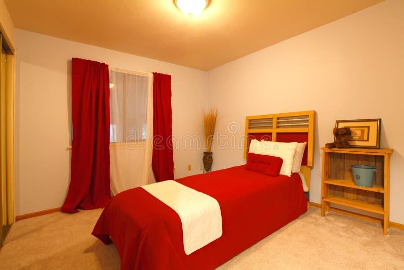 Petite chambre à coucher chaude.  Style campagnard photo libre de droits