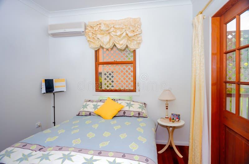 Petite chambre à coucher confortable photographie stock
