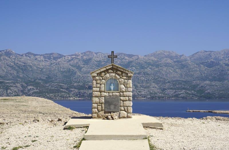 Petite chapelle avec la statue de Mary sur l'île de PAG Dalmatie, Croatie photographie stock libre de droits