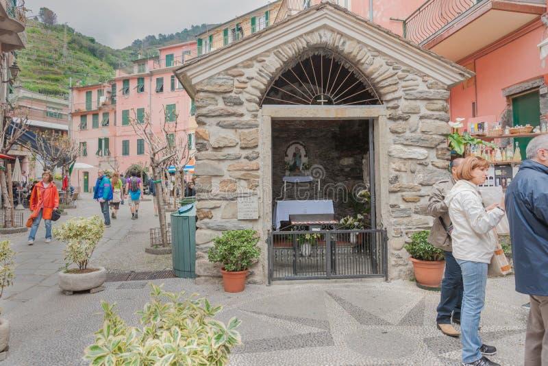 Petite chapelle catholique dans la rue de la ville de Cinque Terre avec des touris photo libre de droits