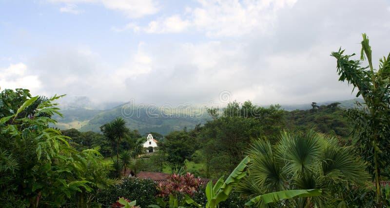 Petite chapelle dans la forêt à distance de nuage images stock