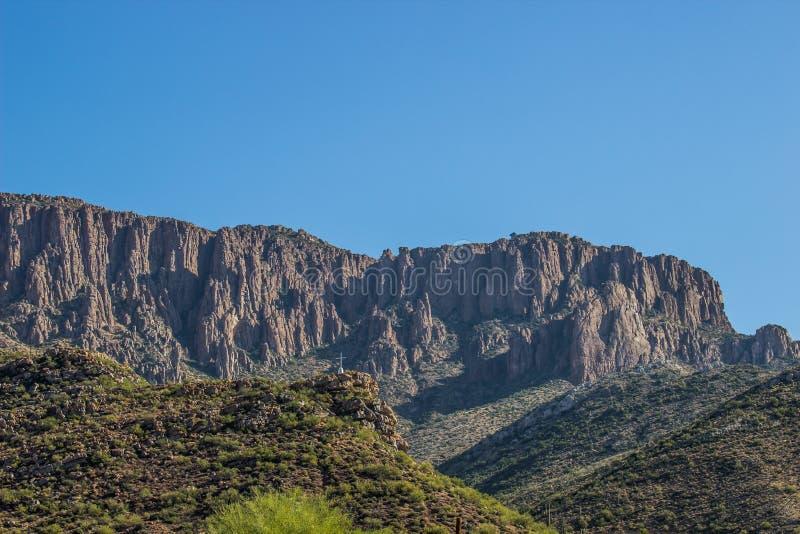 Petite croix blanche en montagnes de l'Arizona image stock