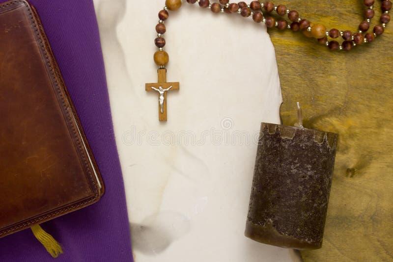 Petite croix catholique en bois photo stock