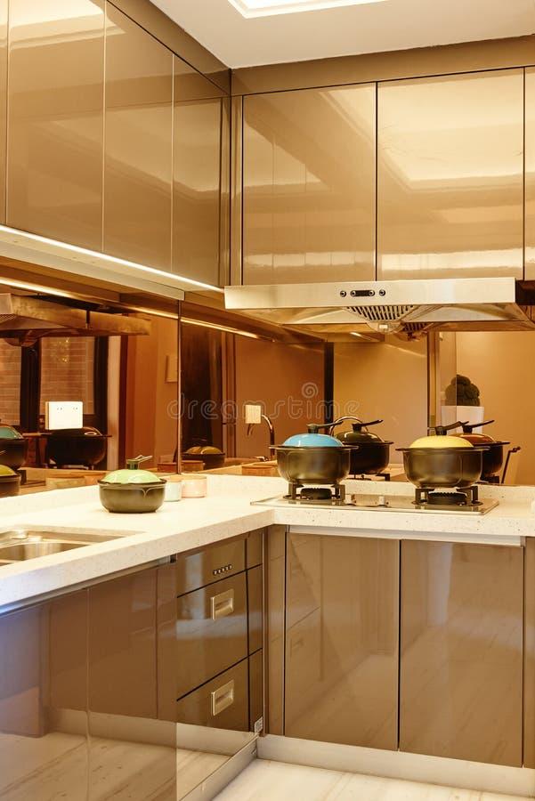 Petite cuisine moderne image stock image du appareils for Petite cuisine moderne appartement