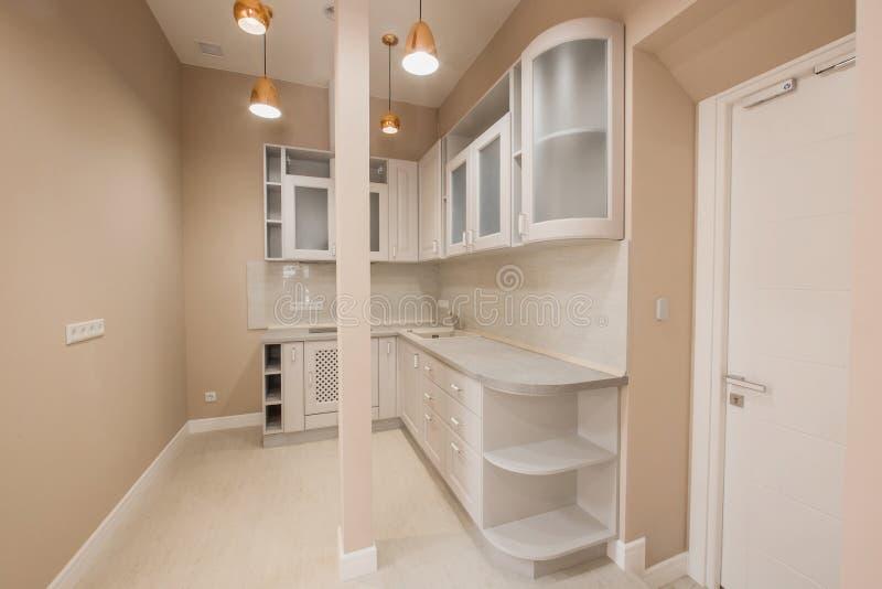 Petite cuisine moderne de bureau avec les meubles en bois, matériel électrique intégré photos libres de droits