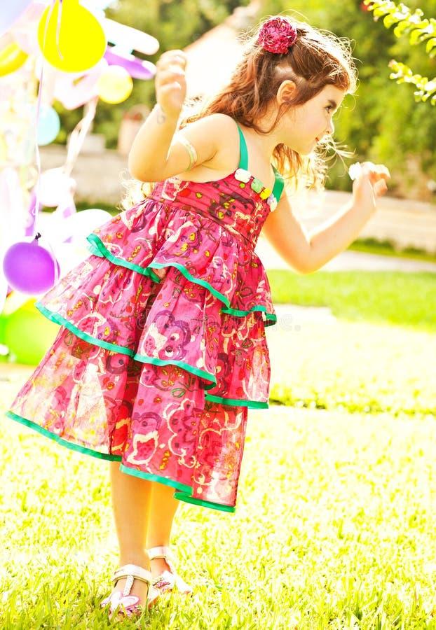 Petite danse gentille de fille à l'extérieur photo stock
