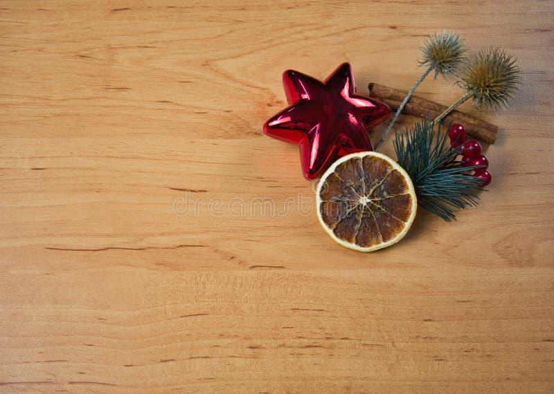 Petite disposition de Noël avec l'étoile sur en bois photographie stock libre de droits