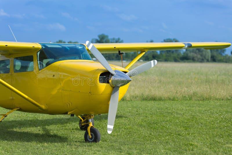 Petite et jaune-clair Piper Aircraft près à l'emballement prêt à décoller image stock