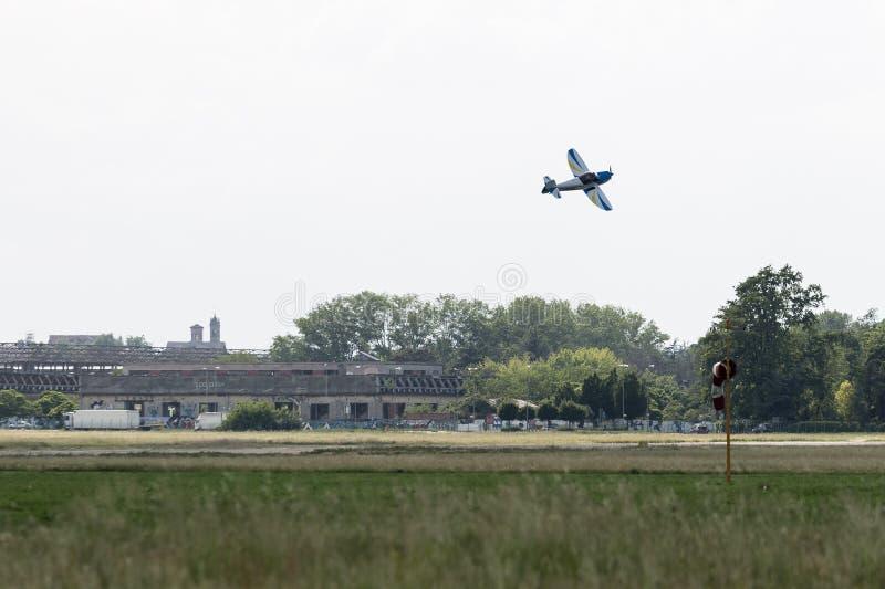 Petite et légère Piper Aircraft contre le ciel bleu près de la piste photos stock