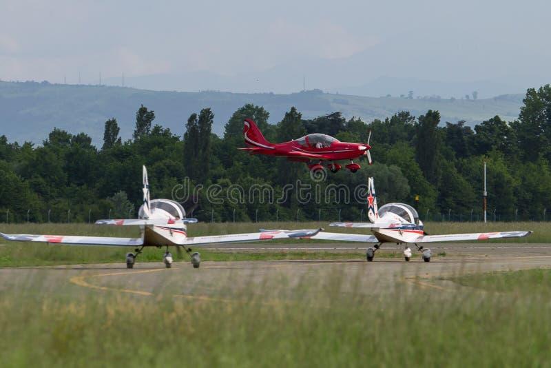 Petite et rouge-clair Piper Aircraft Taking de la piste photo libre de droits