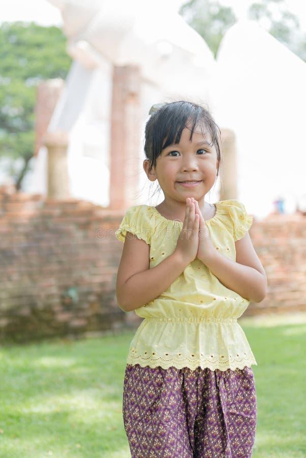 Petite expression asiatique Sawasdee d'accueil d'enfant photos stock