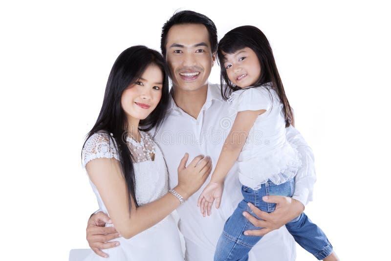 Petite famille heureuse dans le studio photos libres de droits