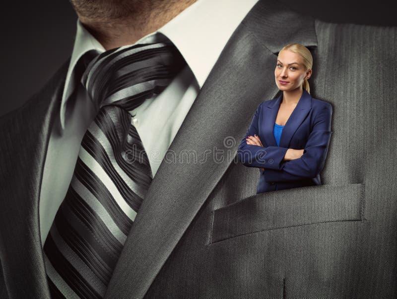 Petite femme d'affaires dans la poche de costume images libres de droits