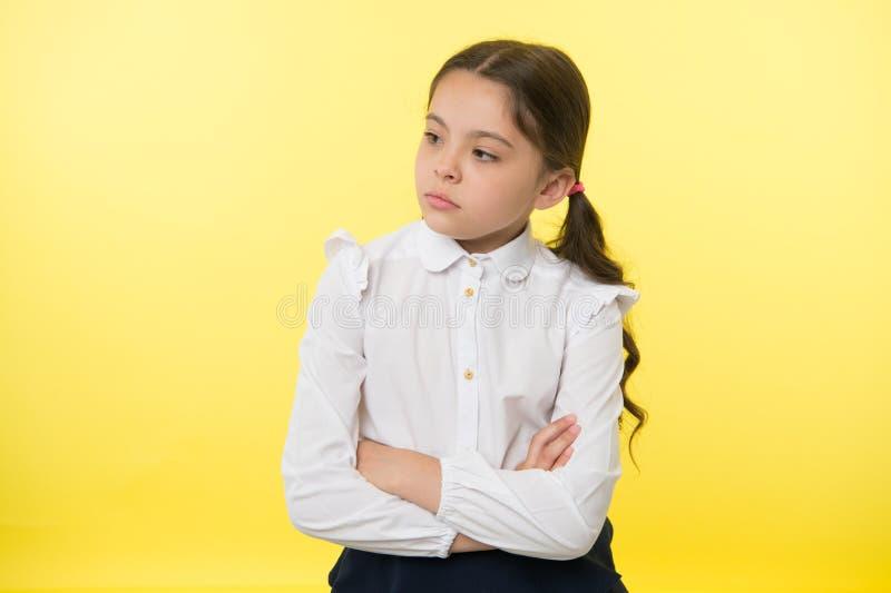 Petite femme d'affaires petite femme d'affaires sur le fond jaune Madame #37 d'affaires petite femme d'affaires avec sérieux et photo stock