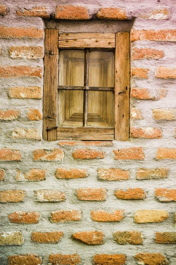 Petite fenêtre en bois avec des barres images stock