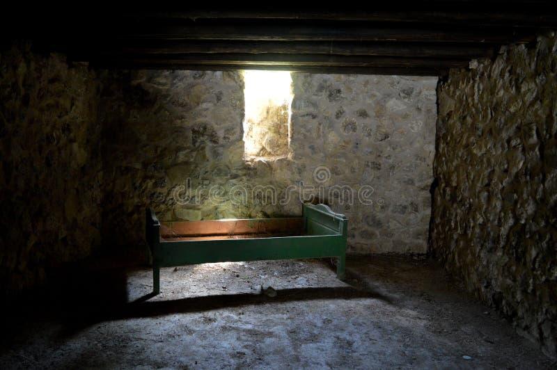 Petite fenêtre en bois dans une vieille maison image libre de droits