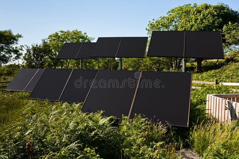 Petite ferme solaire pour l'eau de pompage images stock