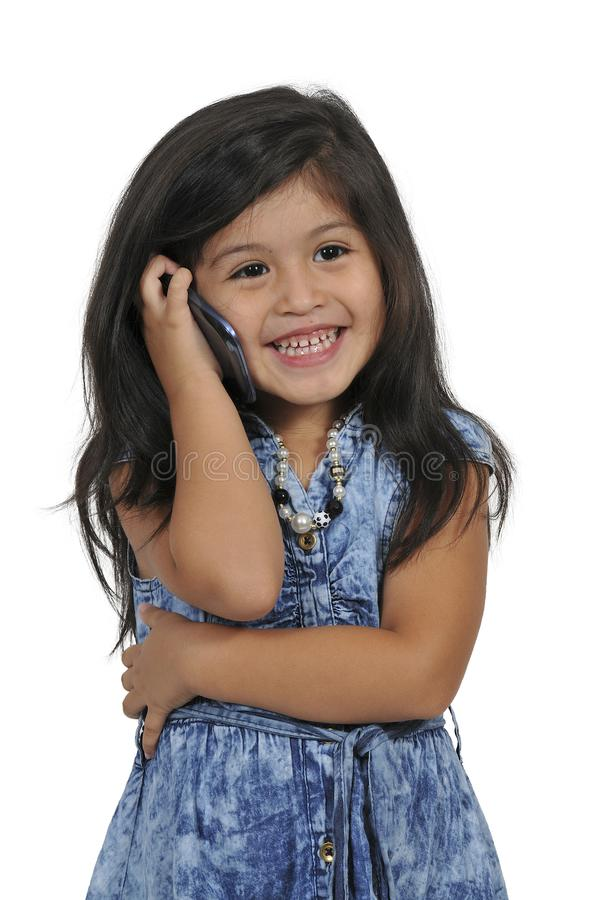 Petite fille à l'aide des téléphones portables photos libres de droits