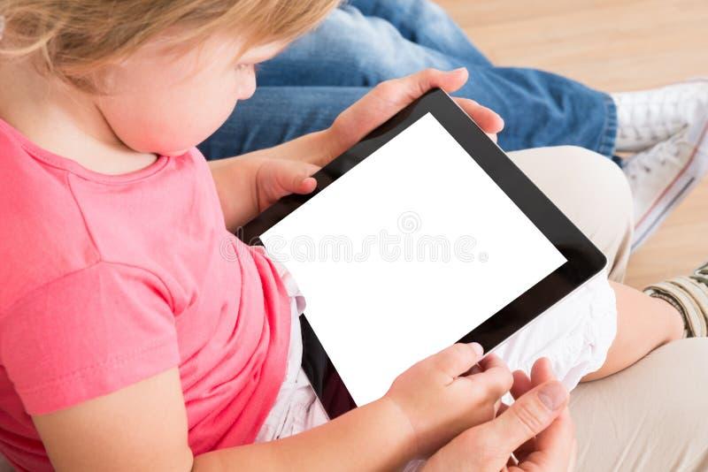 Petite fille à l'aide du comprimé numérique photos libres de droits