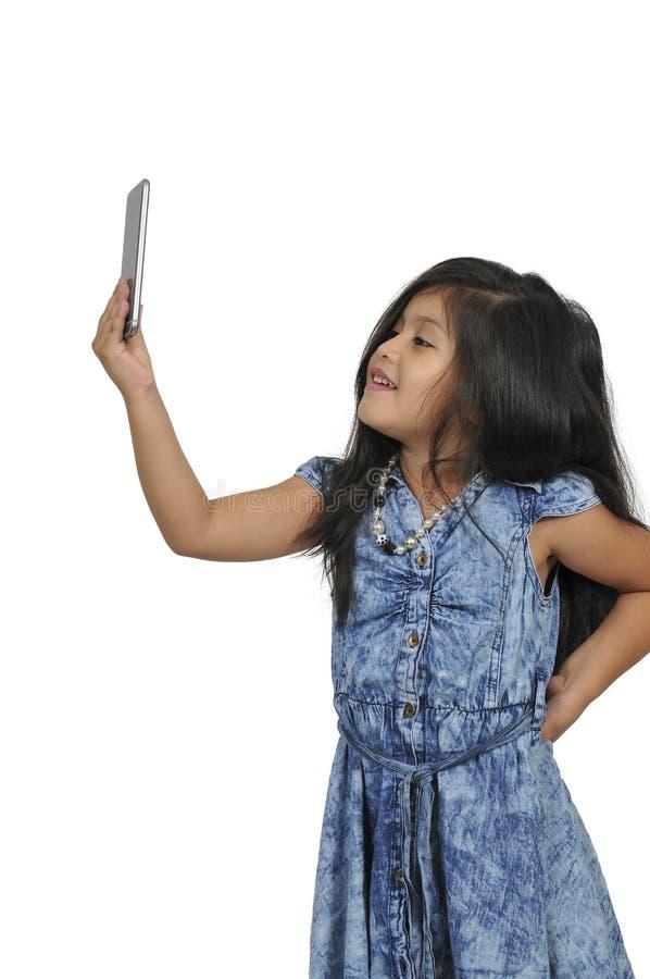 Petite fille à l'aide du téléphone portable photos libres de droits