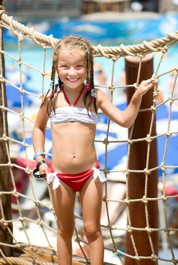 Petite fille à l'aquapark images libres de droits