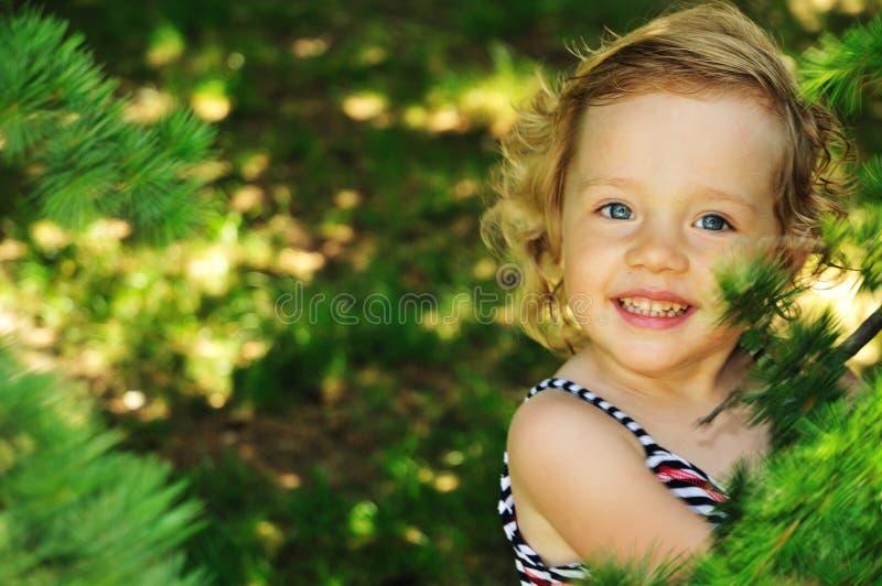 Petite fille à l'extérieur, dans la forêt image stock