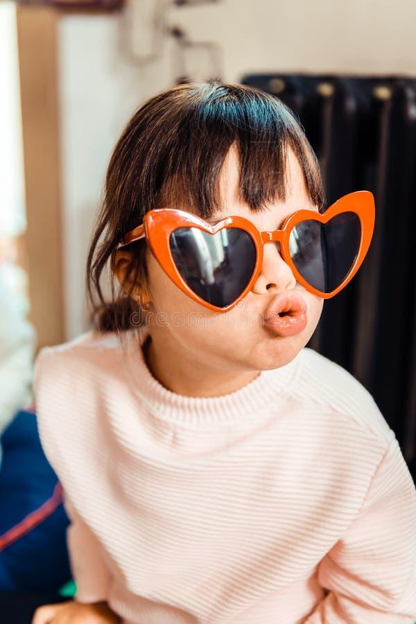Petite fille à la mode avec de longs coups utilisant le chandail léger image stock