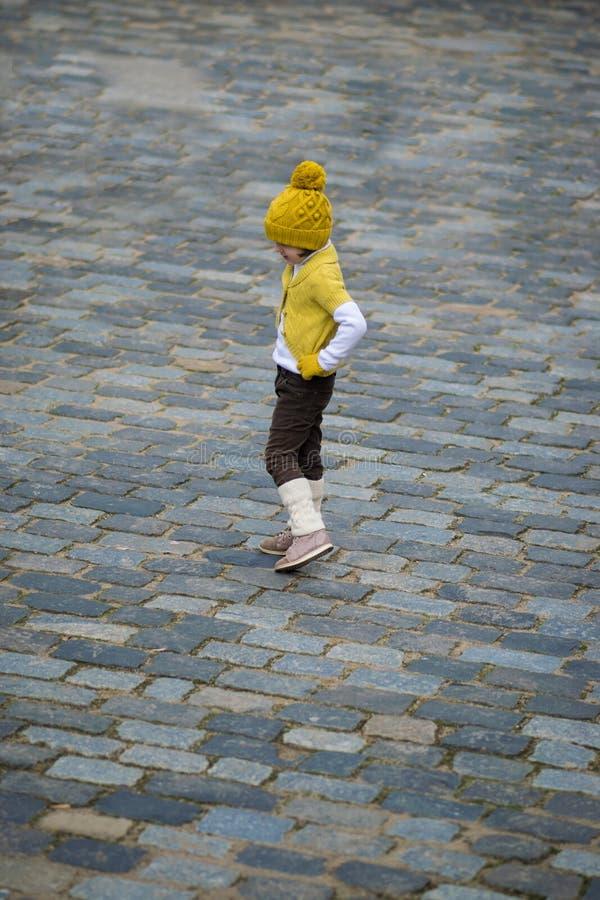 Petite fille à la mode dans des vêtements chauds image stock