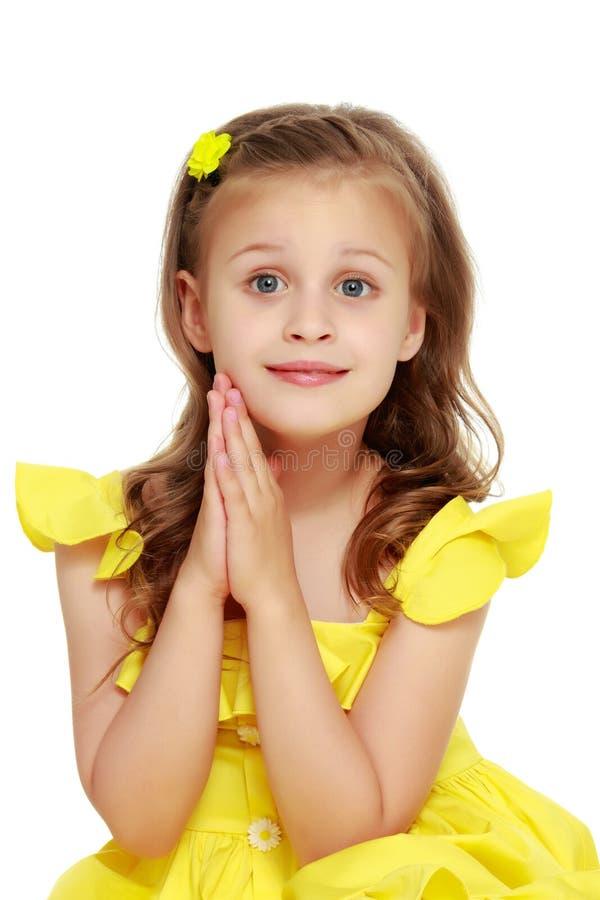 Petite fille à la mode dans une robe image libre de droits