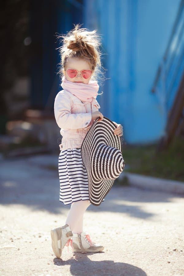Petite fille à la mode utilisant un chapeau et des lunettes de soleil Concept de vacances d'été photos stock