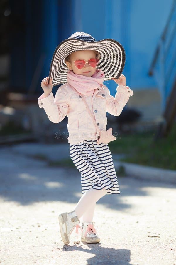 Petite fille à la mode utilisant un chapeau et des lunettes de soleil Concept de vacances d'été images stock