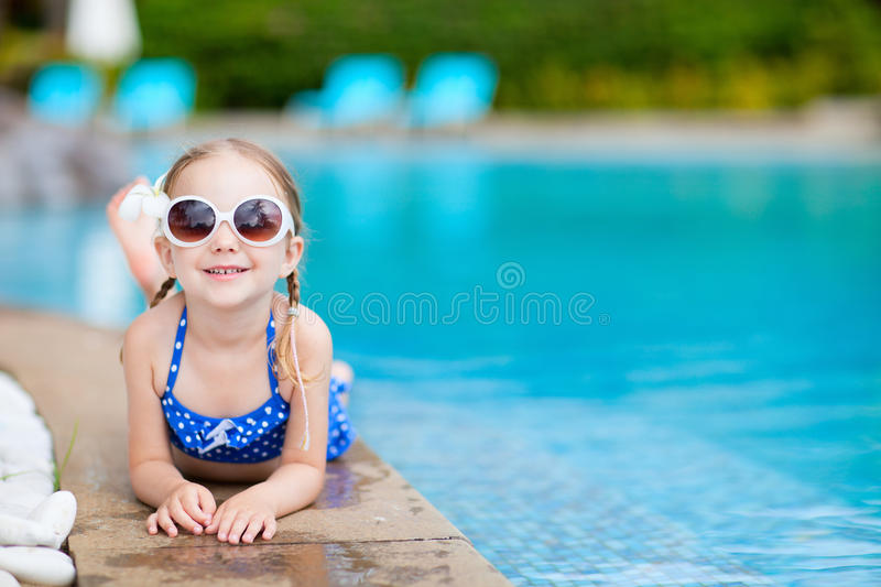 Petite fille à la piscine photo stock