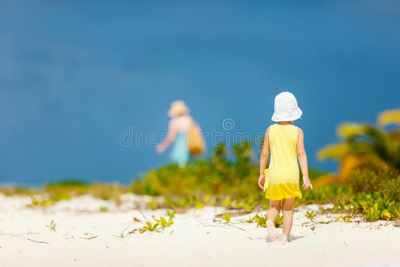Petite fille à la plage photo stock