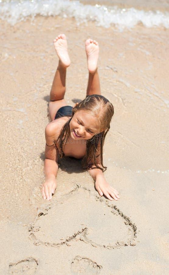 Petite fille à la plage image libre de droits