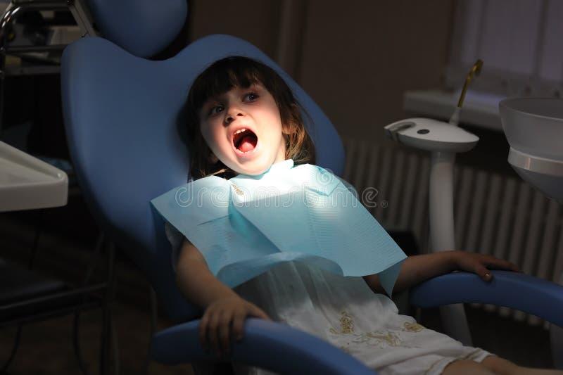 Petite fille à une inspection de dentiste images stock
