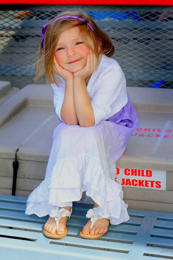 Petite fille ébouriffée par le vent photographie stock
