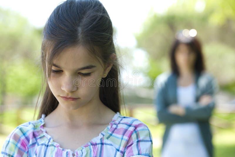 Petite fille étant dite hors fonction photos stock