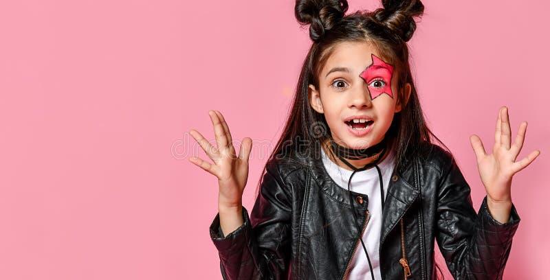 Petite fille étonnée de jeunes sur le rose photos libres de droits