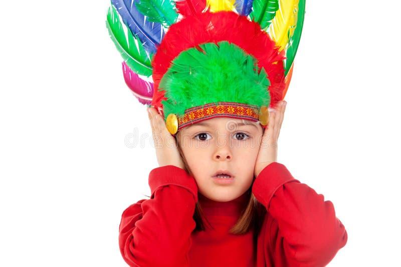 Petite fille étonnée faisant des gestes avec les plumes indiennes photos stock