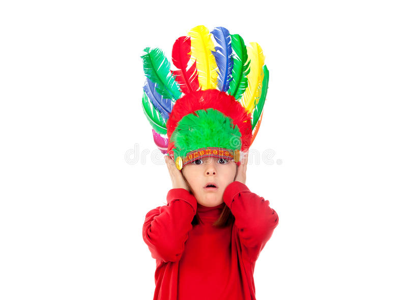 Petite fille étonnée faisant des gestes avec les plumes indiennes images stock