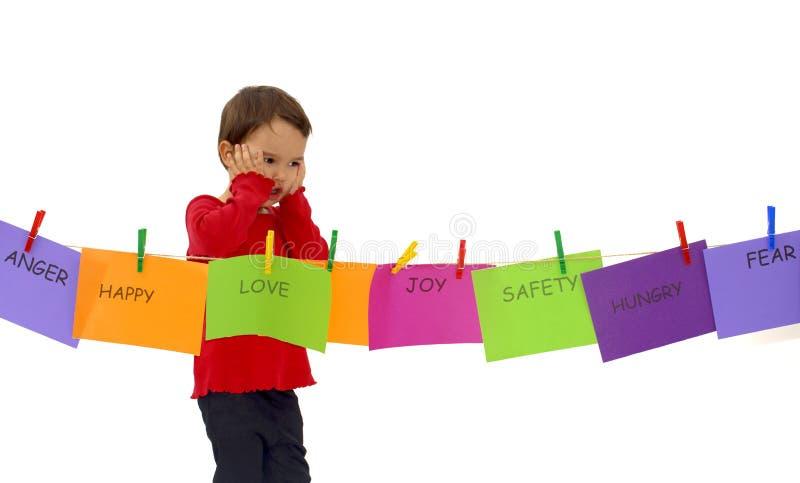 Petite fille accrochant ses sentiments sur une corde d'isolement photos libres de droits