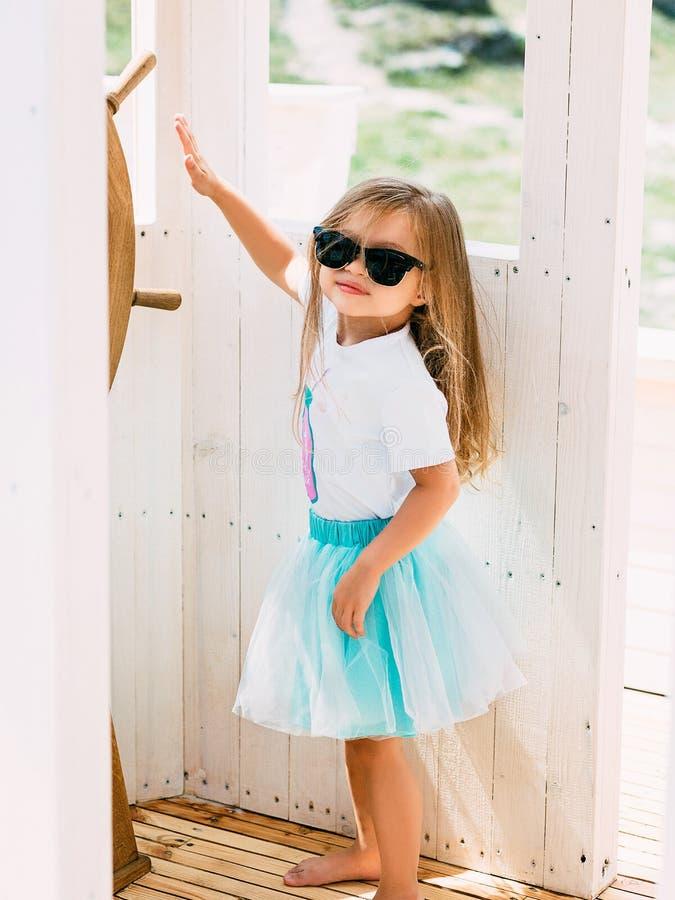 Petite fille adorable appréciant la navigation sur un catamaran ou un y de luxe images stock