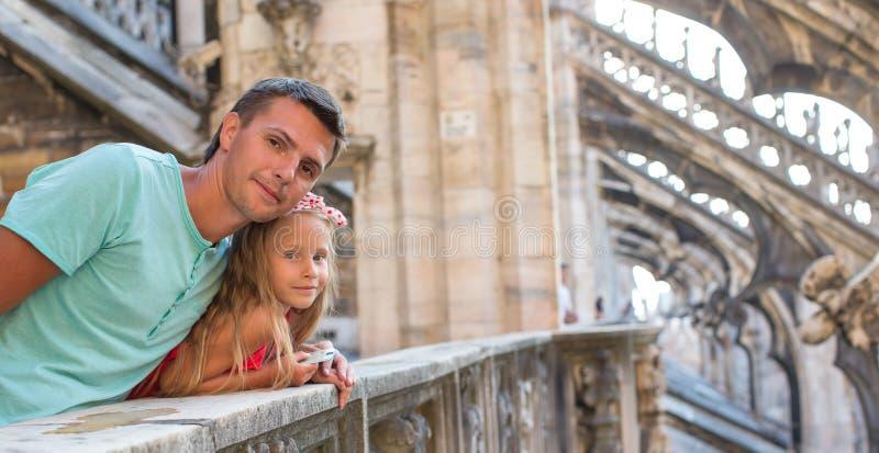 Petite fille adorable avec le père sur le dessus de toit de photographie stock libre de droits