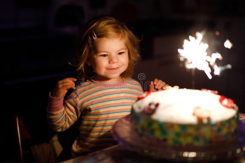 Petite fille adorable d'enfant en bas âge célébrant le deuxième anniversaire Enfant de bébé mangeant la décoration de marshmellow photo stock