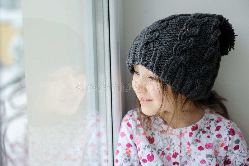 Petite fille adorable dans le chapeau gris de knit photos libres de droits