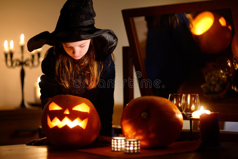 Petite fille adorable utilisant le costume de Halloween ayant l'amusement dans la chambre noire Halloween image libre de droits