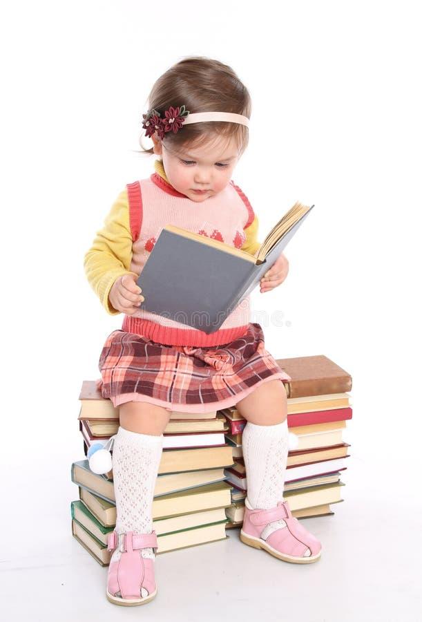 Petite fille affichant un livre image stock