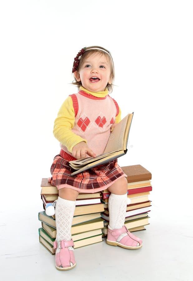 Petite fille affichant un livre photo libre de droits