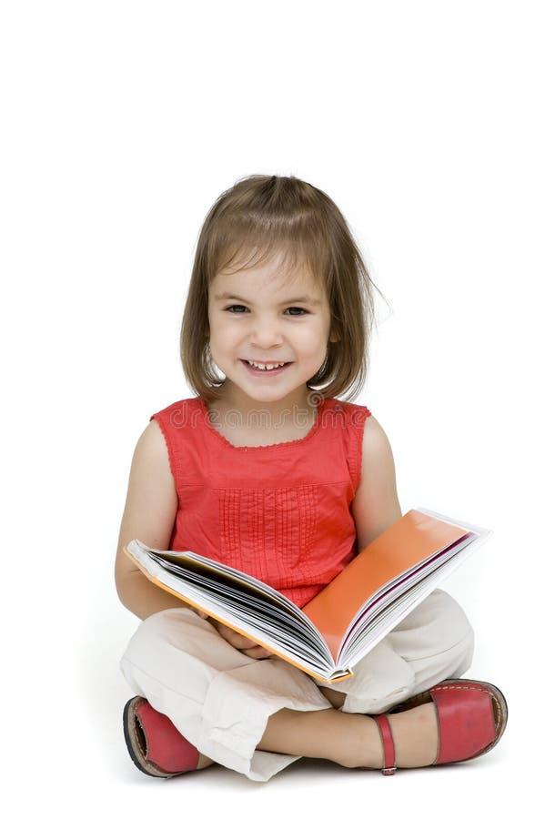 Petite fille affichant un livre images stock